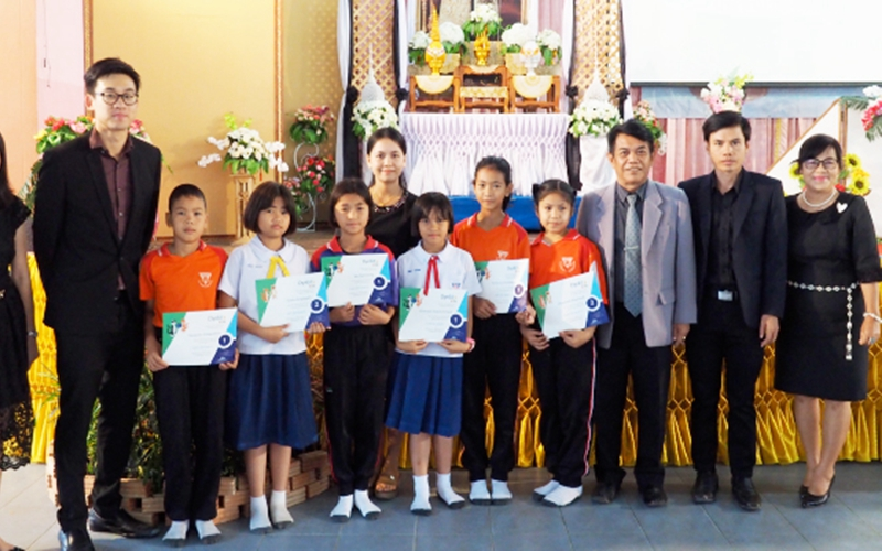On March 9th, 2017, six students from Anuban Wat Prato School, Sisaket received Kids Certificates from DynEd and Teaching Toys Co., Ltd. at an awards ceremony.